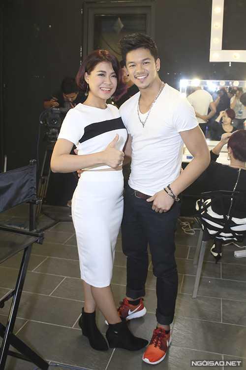 Nhạc sĩ bớt vẻ nam tính vì mắc lỗi dặm phấn, tô son môi quá kỹ khi dự đêm công bố kết quả Gala 1 Vietnam Idol.