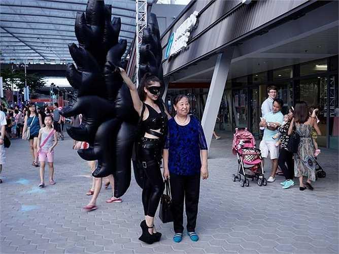 Không khí SEA Games đang lan tỏa khắp đường phố Singapore. Trong ảnh, một nghệ sỹ đường phố sexy, chụp ảnh cùng khách du lịch.