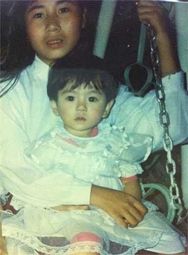 Trong bức hình chụp cùng dì, 'cô gái thời tiết' sở hữu làn da trắng, mái tóc đen dày, đôi mắt to tròn và khuôn miệng xinh xắn. Ảnh: NVCC
