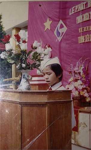 MC Hạnh Phúc:Là cựu sinh viên của trường ĐH Bách Khoa và trước đó là chuyên toán của trường Lê Hồng Phong, Nam Định, Hạnh Phúc đến với công việc của người truyền hình như một cái duyên. Nhờ khiếu ăn nói hài hước, có duyên trước đám đông, năm thứ 4 đại học, BTV của Chuyển động 24h đã làm việc tại Đài Truyền hình Việt Nam. Trong bức ảnh thuở nhỏ, Hạnh Phúc điều hành lễ chào cờ, thể hiện sự tự tin trước đám đông. Ảnh: NVCC