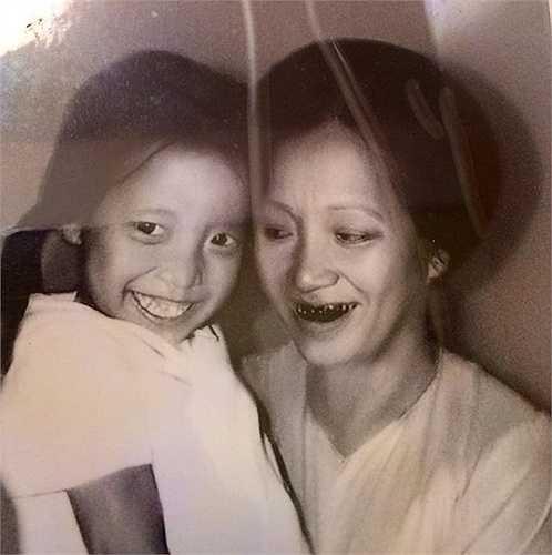 MC Thảo Vân: Sinh ngày 21/8/1970 tại Lạng Sơn, Thảo Vân tốt nghiệp đại học Sư phạm Ngoại ngữ năm 1992. Chị được khán giả biết đến và yêu mến khi dẫn nhiều chương trình quan trọng của VTV, trong đó, nổi bật nhất là Gặp nhau cuối tuần. Trong hình, Thảo Vân chụp ảnh cùng mẹ khi còn nhỏ. Ảnh: Facebook nhân vật