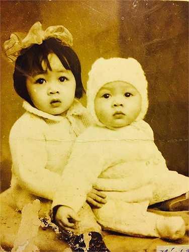 BTV Quang Minh là gương mặt được khán giả màn ảnh nhỏ yêu mến qua các chương trình Chúng tôi là chiến sĩ, Bữa trưa vui vẻ... Trong bức ảnh thuở nhỏ chụp cùng chị gái, MC nổi tiếng được người hâm mộ nhận xét sở hữu đôi mắt đen thông minh, khuôn mặt bụ bẫm, đáng yêu. Ảnh: NVCC.