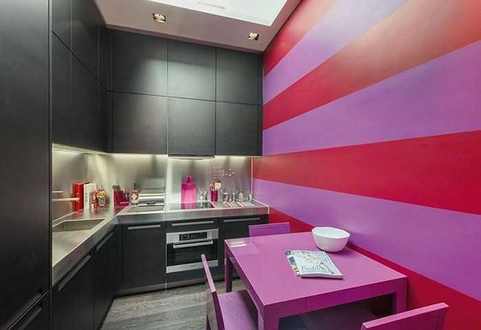 Phần bếp còn được sơn sọc vằn độc đáo. Bên trong có phòng bếp, phòng khách, phòng tắm, garage xe hơi khá lớn