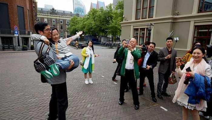 Mới đây, một công ty mỹ phẩm ở Trung Quốc đã cho 4.500 nhân viên đi du lịch Hà Lan. Theo cơ quan du lịch Hà Lan, đây là nhóm du khách Trung Quốc đông nhất tới nước này