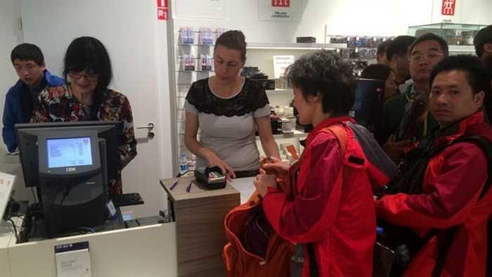 Tới thăm khu bán các đồ dùng nhà bếp đắt tiền, mỗi du khách chi từ 500 euro - 1.000 euro. Các nhóm du khách này chủ yếu mua dao và chảo nấu ăn