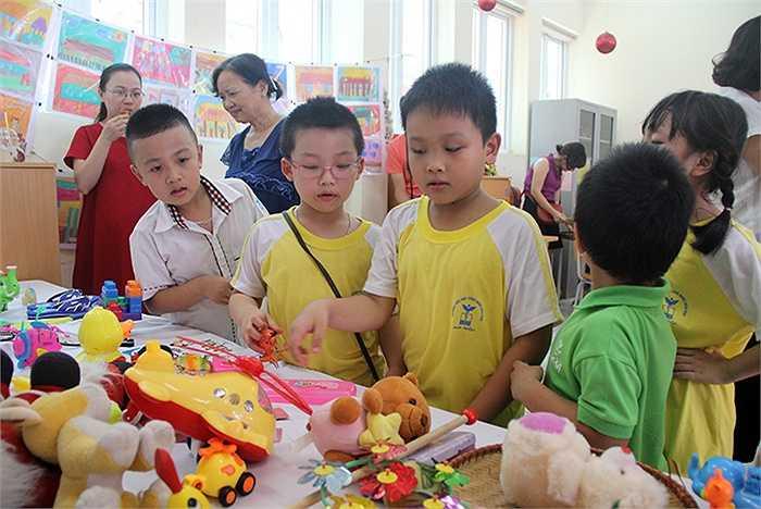 Trong ngày hội, các em nhỏ được tự tay tổ chức các gian hàng và bán hàng để quyên góp cho các hoạt động từ thiện