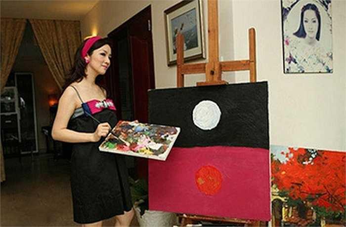Cô để ý bố trí không gian cho đam mê nghệ thuật của mình.