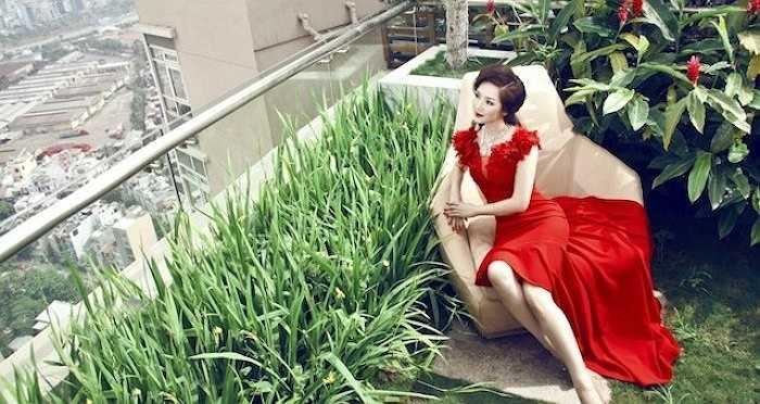 Hiếm người biết rằng cô còn sở hữu một căn hộ penthouse cao cấp có giá trị lên đến hàng chục tỷ đồng rất gần trung tâm Sài Gòn. (ảnh: Harper's Bazaar)