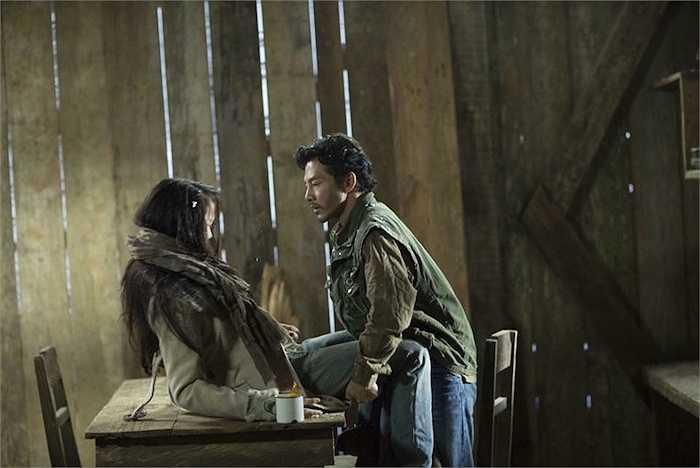 Một trong số những chi tiết gây chú ý nhiều nhất trong phim 'Quyên' là khoảnh khắc Hùng không kiềm chế được bản thân và 'cưỡng hiếp' Quyên trong bão tuyết.