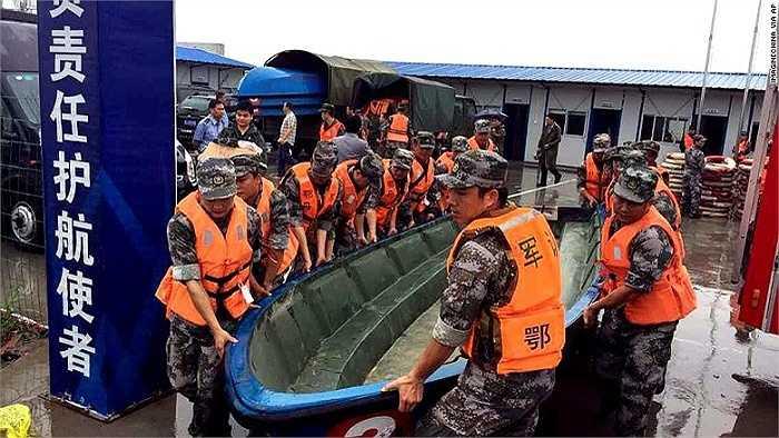 Binh sỹ quân đội Trung Quốc dùng xuồng tiếp cận tàu chìm