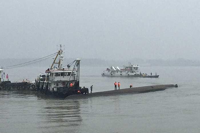 Nhân viên cứu hộ làm việc tại thân con tàu