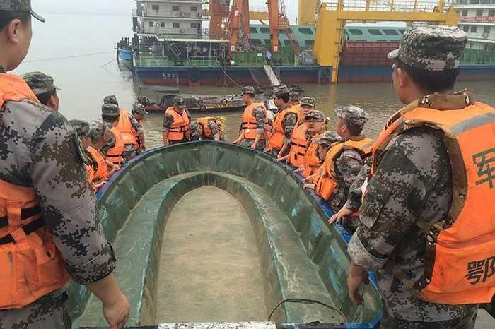Binh sỹ Trung Quốc đưa xuồng xuống cứu hộ