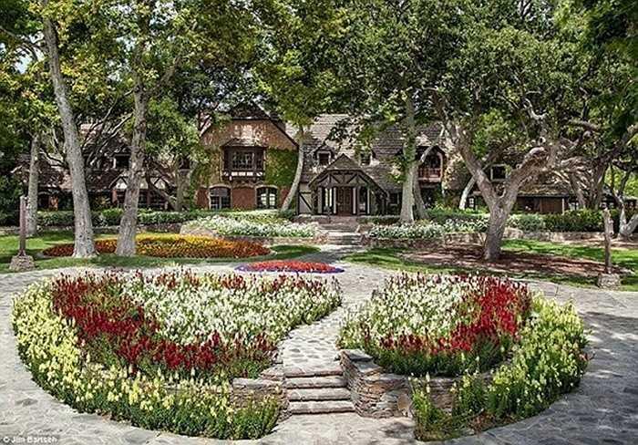 Năm 1987, Michael Jackson đã mua một trang trại ở California với giá 19,5 triệu USD và đặt tên nó là Neverland Ranch.