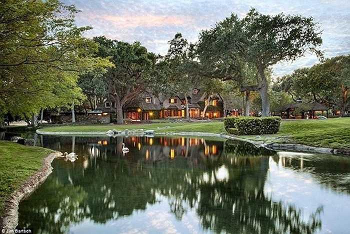 Đến năm 2008, Michael Jackson phải bán lại khu biệt thự này cho Tập đoàn Colony Capital để thế chấp cho khoản nợ 24,5 triệu USD của mình.