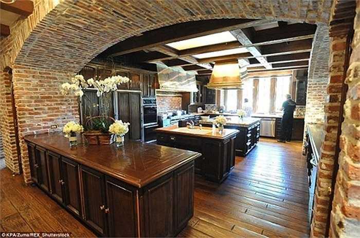 Khu bếp chính của ngôi biệt thự được xây theo phong cách cổ điển với sàn gỗ và tường gạch.