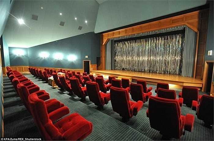 Trong biệt thự có cả một rạp chiếu phim lớn với sân khấu gỗ và dàn âm thanh 7.1.
