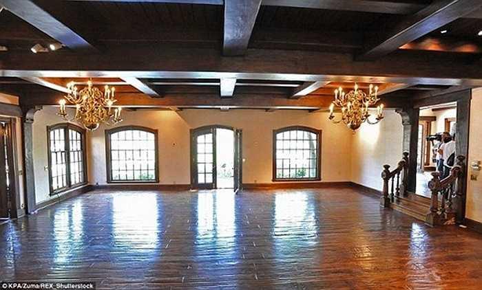 Đây là phòng khách với nhiều cửa sổ lớn để lấy ánh sáng tự nhiên. Đèn chùm được làm bằng vàng 18K.