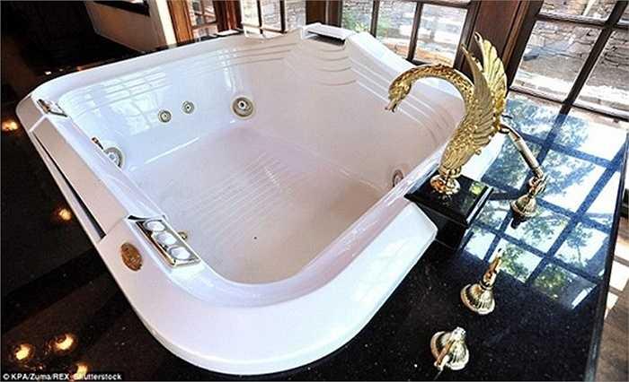Bồn tắm thư giãn với vòi nước hình thiên nga làm bằng vàng khối. (Huyền Trân)