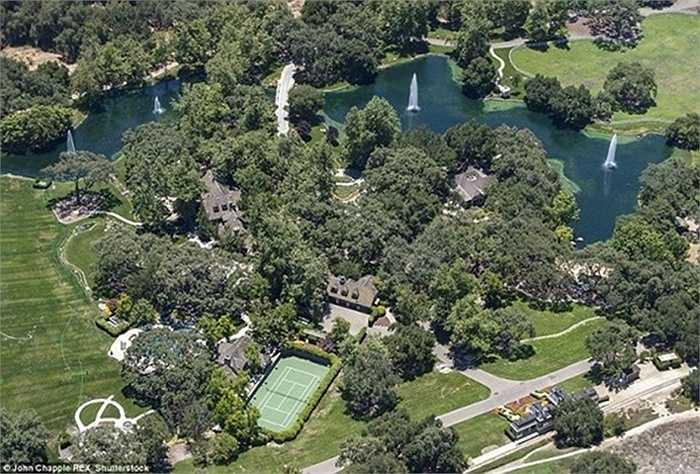 Tuy công viên giải trí đã bị phá bỏ, nhưng bể bơi, sân chơi tennis, bóng rổ... vẫn được giữ lại.
