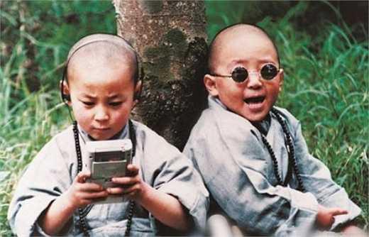 Ngay từ năm lên 2 anh đã được gửi vào chùa Thiếu Lâm Tự và năm lên 3 đã tham gia quay quảng cáo giới thiệu võ thuật Thiếu Lâm trên truyền hình.