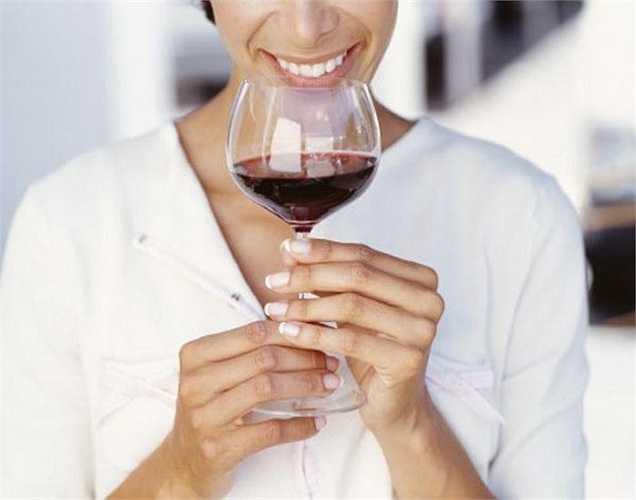Ở phụ nữ rượu hấp thu vào máu nhanh hơn và chuyển hóa chậm hơn so với nam giới. Vì vậy phụ nữ được khuyến cáo không nên uống nhiều hơn 2-3 đơn vị rượu mỗi ngày. Một đơn vị = 10 ml rượu nguyên chất.