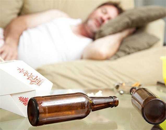 Nguyên nhân phổ biến của đám cháy nhà của những người say rượu khi ngủ hoặc đi ra ngoài trước do không dập tắt thuốc lá.