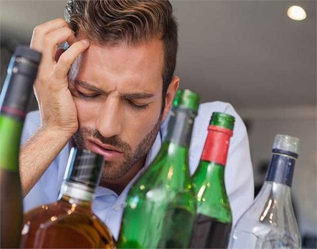 Mất trí nhớ tạm thời là dạng mất trí nhớ liên quan đến uống rượu. Một người có thể có vẻ như hoạt động bình thường, nhưng sau đó lại không còn nhớ những gì đã xảy ra.