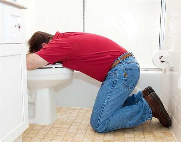 Nôn là một phần của hệ thống phòng thủ tự động của cơ thể được kích hoạt để ngăn chặn sự hấp thu nhiều rượu.