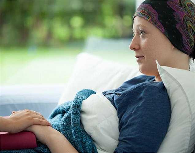 Việc uống rượu nhiều dẫn đến nguy cơ cao phát triển ung thư bao gồm gan, ruột, vú, miệng, và ung thư thực quản. Phụ nữ uống thường xuyên có nguy cơ cao bị ung thư vú.