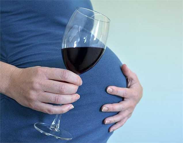 Phụ nữ mang thai uống rượu có nguy cơ sinh con bị hội chứng rượu bào thai (chậm phát triển tâm thần, chiều cao dưới mức trung bình và trọng lượng, phối hợp kém, hiếu động thái quá, đầu nhỏ hơn và các tính năng trên khuôn mặt bất thường)