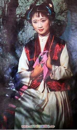 Hương Lăng với trang phục màu đỏ cho thấy xuất thân trong gia đình cao quý.