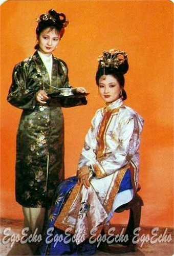 Sự khác biệt trong hóa trang giữa Vương Hy Phượng (phải) với Bình Nhi.