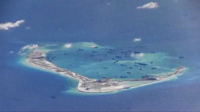 Tàu nạo vét Trung Quốc hoạt động trái phép trong các vùng nước xung quanh Đá Vành Khăn thuộc quần đảo Trường Sa của Việt Nam
