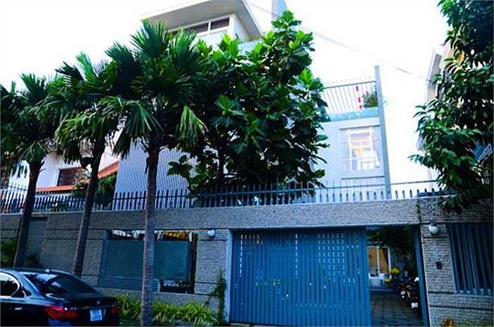 Căn biệt thự trên đường Nguyễn Văn Hưởng (phường Thảo Điền, Q.2) được cô và chồng cũ cải tạo thành một tổ ấm lý tưởng, sang trọng.