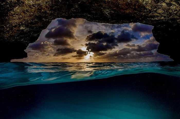 Cảnh mây che bầu trời với dòng nước biển xanh ngắt một màu