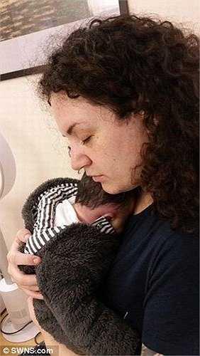 Hayley Keane, 26 tuổi (người Anh) đã nhiễm một loại vi khuẩn Strep nhóm B trong giai đoạn cuối của thai kỳ. Bệnh này khiến cho cậu con trai Simon mới sinh bị viêm màng não và chỉ sống được 3 ngày tuổi.