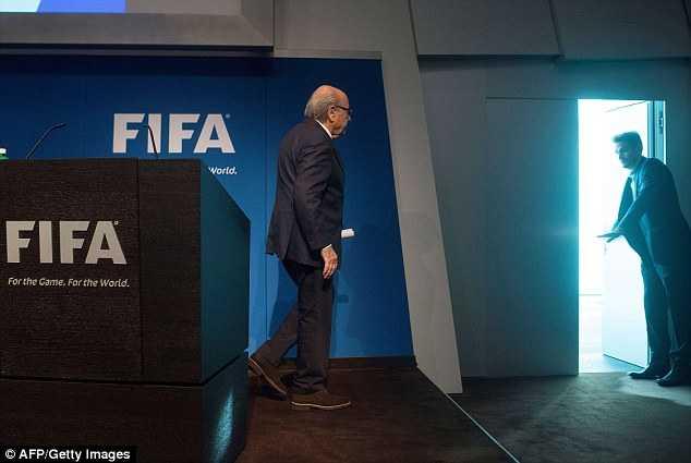 Sepp Blatter rời bỏ vị trí Chủ tịch FIFA trong lúc tổ chức này đang bị điều tra sâu rộng các vấn đề tham nhũng