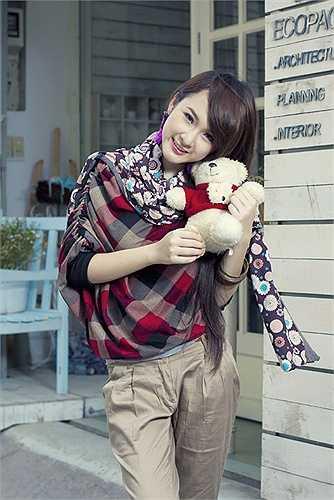 Angela Phương Trinh năm 16 tuổi vẫn ăn mặc kín đáo, trẻ trung.
