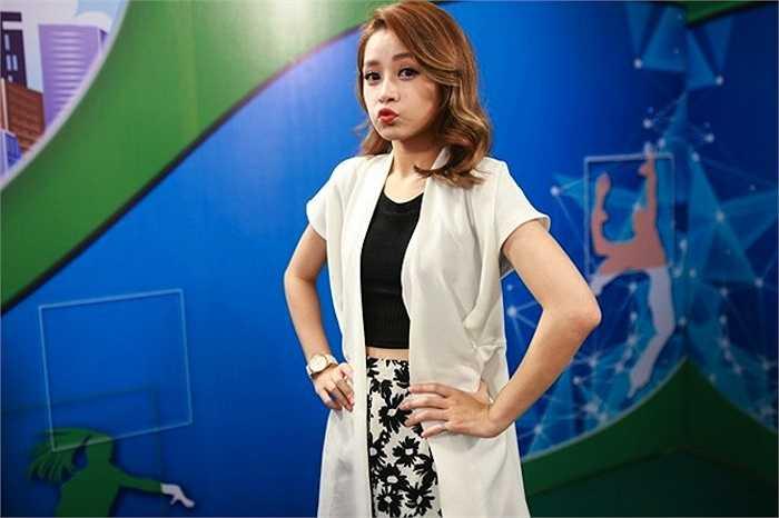 Trong lần đầu dẫn chương trình, Chi Pu dành nhiều quyết tâm khẳng định bản thân. Nữ diễn viên Vẫn có em bên đời cố gắng theo dõi mùa giải trước cũng như dành thời gian nghiên cứu tâm lý trẻ em.