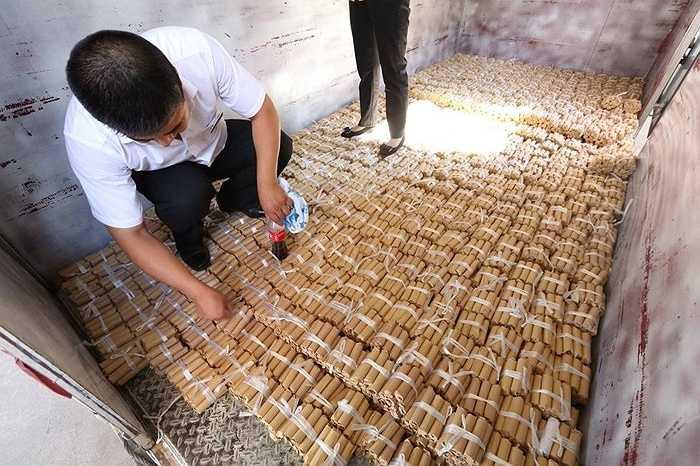 Một người đàn ông ở Thẩm Dương (Trung Quốc) đã đưa 660.000 nhân dân tệ tiền xu, và 20.000 nhân dân tệ tiền giấy đi mua xe hơi