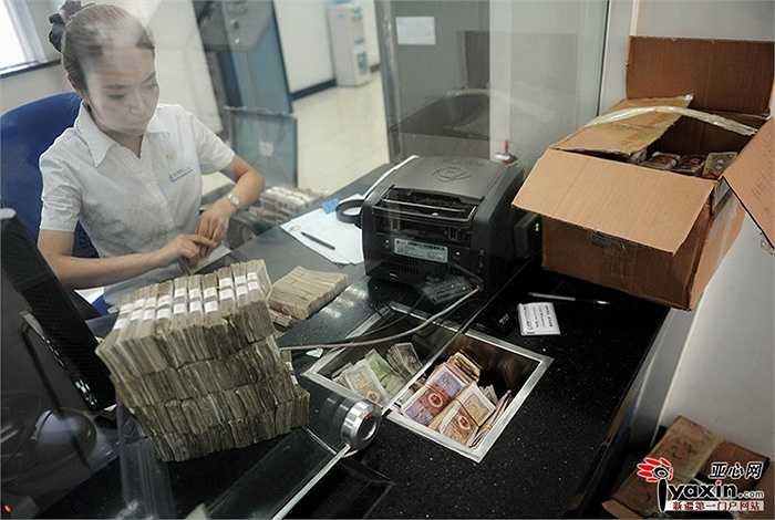Số tiền lẻ nhiều đến mức có thể đựng trong 2 thùng các tông với số tiền lên đến 100.000 nhân dân tệ