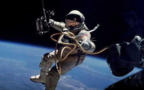 Nhà du hành vũ trụ người Mỹ Edward Higgins White trong bộ đồ trắng bước ra ngoài không gian