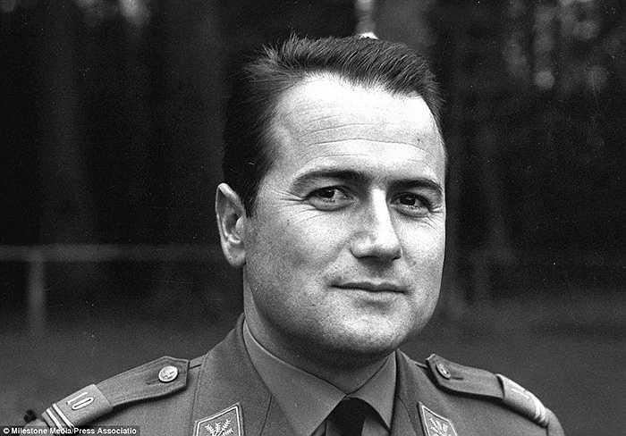Xuất thân là cử nhân quản trị kinh doanh, Sepp Blatter từng là 1 cầu thủ nghiệp dư. Ông trở thành người đứng đầu của báo chí và thông tin của Hiệp hội Giáo dục thể chất Thụy Sỹ năm 1966