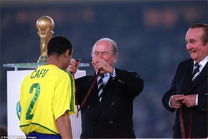 Sepp Blatter tiếp tục có duyên với ĐT Brazil khi đồng hành cùng Seleccao trong chức vô địch World Cup 2002