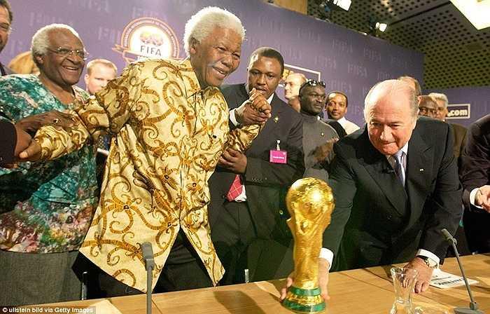 Năm 2004, Sepp Blatter mang cúp vàng FIFA tới Nam Phi - nước chủ nhà của World Cup 2010