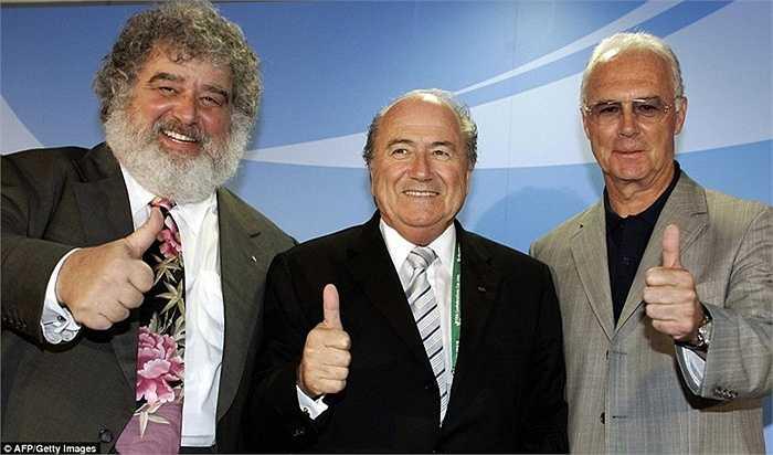 Sepp Blatter bên cạnh Chuck Blazer và Franz Beckenbauer tại Confederations Cup 2005