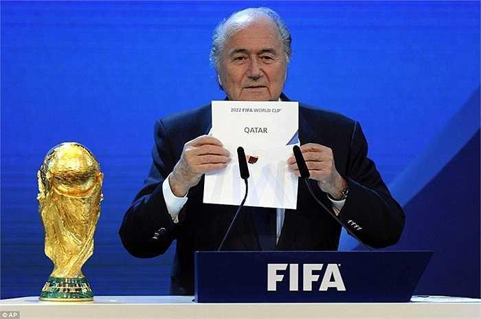 Scandal lớn nhất khiến sự nghiệp Sepp Blatter lao đao là việc chọn Qatar làm chủ nhà của World Cup 2022