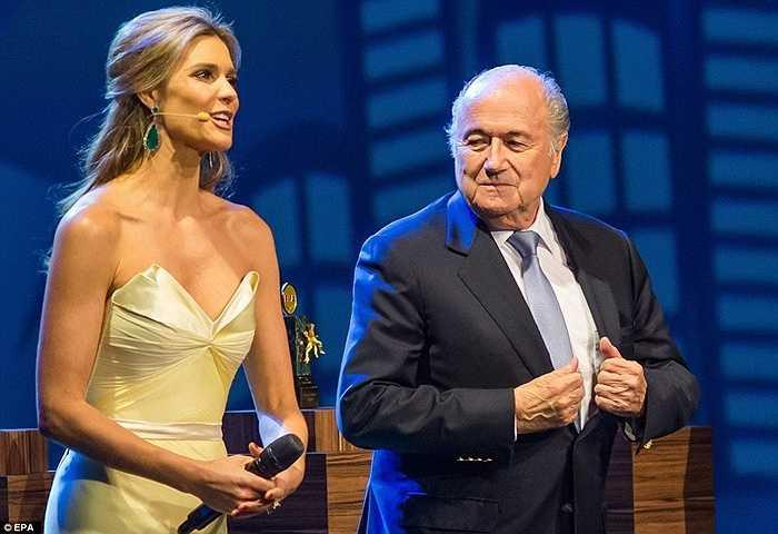 Sepp Blatter đứng cạnh người mẫu Fernanda Lima trong đại hội lần thứ 64 của FIFA