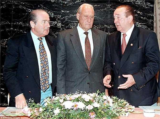 Sepp Blatter cùng người tiền nhiệm Joao Havelange tại Olympic Atlanta 1996