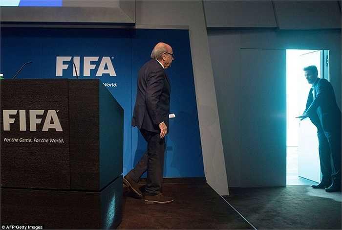 Tuy nhiên chỉ 5 ngày sau, Sepp Blatter quyết định từ chức vào ngày 2/6
